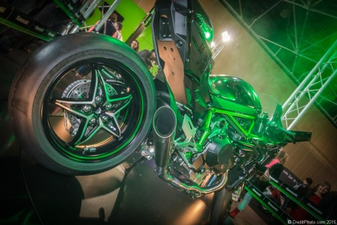 Kawasaki Ninja H2R, photos de la fusée du Salon 2015 La Kawasaki Ninja H2R a été conçue pour incarner le summum de la performance du monde de la moto et pour le coup, est présentée sur le stand Kawa telle une divinité.Fruit dela collaboration de plusieurs Divisions de Kawasaki Heavy […]